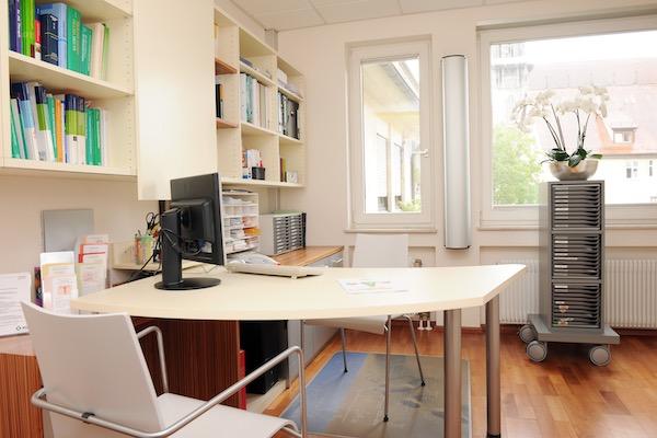 Frauenarztpraxis Ulm _Dr. Glaser Arztzimmer